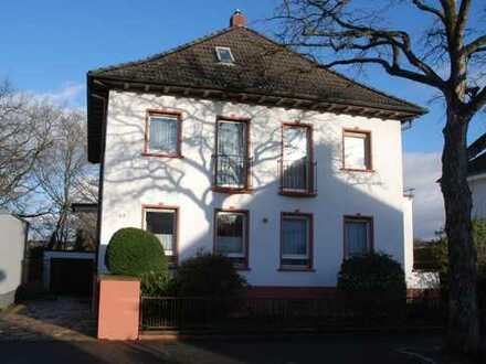 Herrschaftliches 2-3-Familienhaus, freistehend, mit 2 Garagen auf großem Grundstück - gesuchte Lag