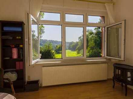 Stadtnah im Grünen: Helle Dreizimmer-Wohnung mit Wintergarten in Zweifamilienhaus
