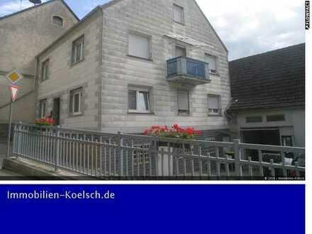 Großzügiges Einfamilienhaus mit Nebengebäude und wunderschönem Garten.