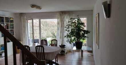 Stilvolle 4-Zimmer-Maisonette-Wohnung mit Balkon und Einbauküche in Poppenbüttel, Hamburg