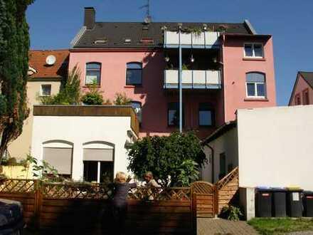 große, gemütliche, bezahlbare Wohnung 6 Zimmer, Küche, 2 Bäder, Balkon Garten, Garage