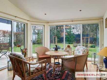 IMMOBERLIN: Westend-Toplage! Exquisite Villa mit Lift & Gartenparadies