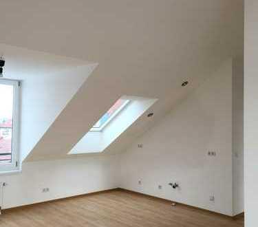 Neu renovierte u. lichtdurchflutete 2-Zimmer-Dachgeschosswohnung