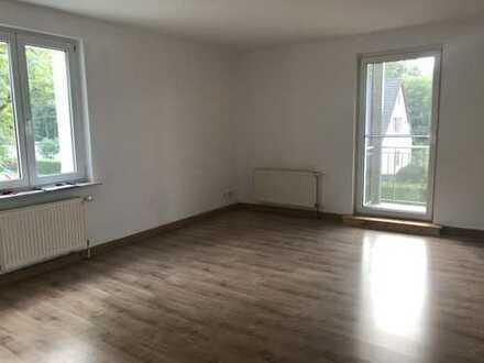 Ruhige, helle drei Zimmer Wohnung mit großem Garten und Balkon