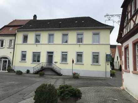Alternative zu Eigentumswohungen: Stattliches Haus in historischer Dorfmitte