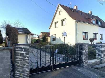 Kapitalanlage: Massive Doppelhaushälfte in beliebter Lage mit großem Grundstück, Garage + Werkstatt