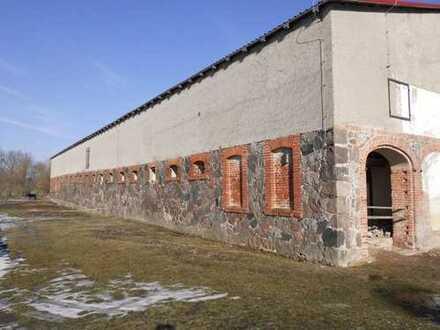 Ein Stallgebäude als Lager- und Gewerberaum auf dem ehemaligen Gutshof von Jagow