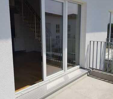Herrliche 2 Zimmer Dachgeschosswohnung mit Süd-West Balkon, Parkett und TG Platz. Sehr ruhig!
