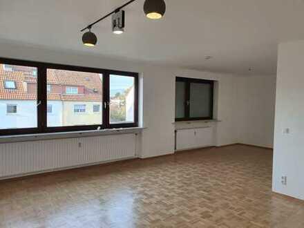 Attraktive, vollständig renovierte 3-Zimmer-Wohnung mit Balkon und EBK in Frankfurt am Main