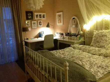 Vermiete großes helles Zimmer möbliert mit Balkon in einer 3 Zimmer Wohnung