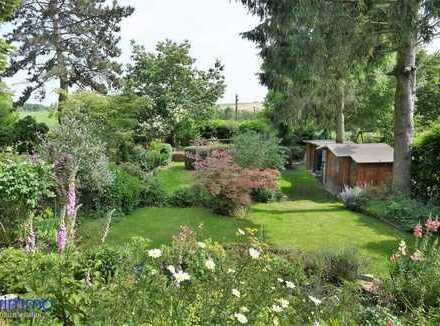 Kernsanierter Fachwerkcharme mit Ausblick! Zweiparteienhaus mit Traumgarten, Süd-Terrasse & Garage