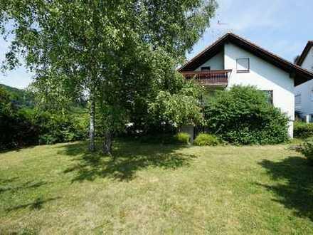 Geräumiges Einfamilienhaus mit schönem Garten, Garage und Carport in Ortsrandlage