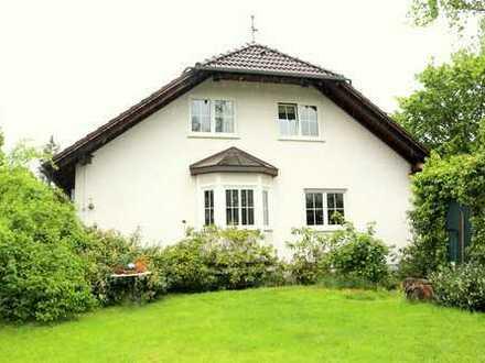 Wohnen wie im Urlaub: Schönes Wohnhaus mit Einliegerbereich in Linden mit idylischem Garten