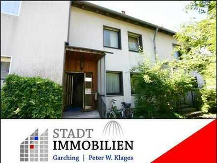 Garching, Heideweg: Reihenmittelhaus (70er Jahre) mit viel Platz und attraktivem Preis