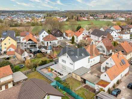 Doppelter Wohnkomfort in attraktiver Lage: 2 EFH mit Traumgarten samt Pool nahe Karlsruhe