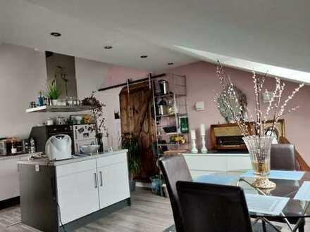 Stilvolle, gepflegte 2-Zimmer-DG-Wohnung mit Einbauküche in Brühl zu vermieten