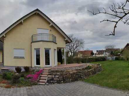 Einfamilienhaus mit angrenzenden Garagengebäude in Lichtenau bei Bühl