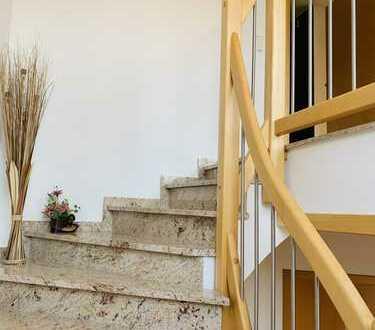 Wundervolle 3-Zimmer-Dachgeschosswohnung mit Balkon, Terrasse und Einbauküche in Königsbrunn