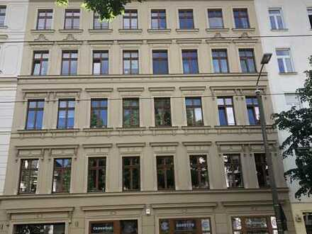 Vermietete, hochwertig sanierte Dachgeschosswohnung mit Carport, Aufzug und Balkon