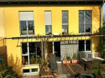 Massives Reiheneck-Haus, Südlage am Feld , 9m Breite, 5 Zimmer, 3 Kellerräume in München Nord-West