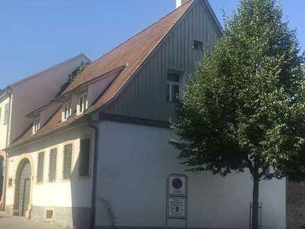 Altes großes Bauernhaus mit Nebengebäuden und Innenhof im Zentrum von Bruchsal