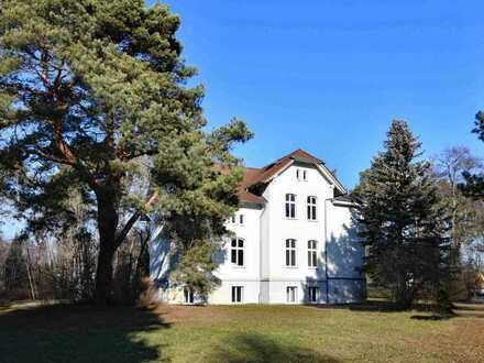 Villa am See mit parkähnlichem Grundstück