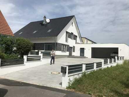Neuwertiges Einfamilienhaus mit sechs Zimmern und Einbauküche in Vilseck, Vilseck