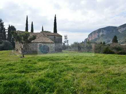 Riesiges Grundstück mit Altbestand. Herrlicher Blick auf ein begrüntes Tal im Nordwesten Korfus.