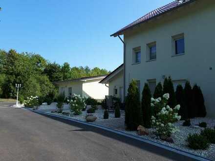 Günstige, neuwertige 2,-Zimmer--Wohnung Vollmöbeliert mit Garten Und Terasse in Bad Sobernheim