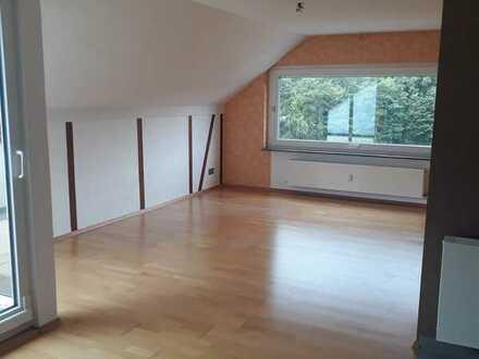 Schöne 2,5-Raum-Dachgeschosswohnung mit EBK und Terrasse in Kirchberg an der Murr