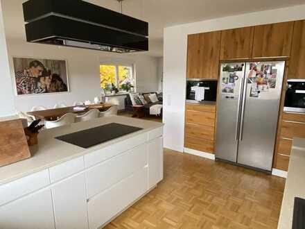 ++ Neu modernisiertes, helles Wohnhaus mit Terrasse, Garten. Fernsicht + Garagen in ruhiger Lage! ++