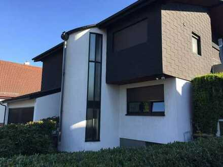 Architektenhaus: 2 moderne Wohneinheiten mit 5 + 3 Zimmer in Wehrheim Mitte 2 Garagen 3 Stellplätze