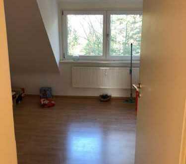 Schöne WG geeignete Dachgeschoss-Wohnung 2. OG