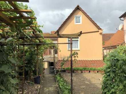 Freistehendes und teilsaniertes Einfamilienhaus mit Garten und Garage