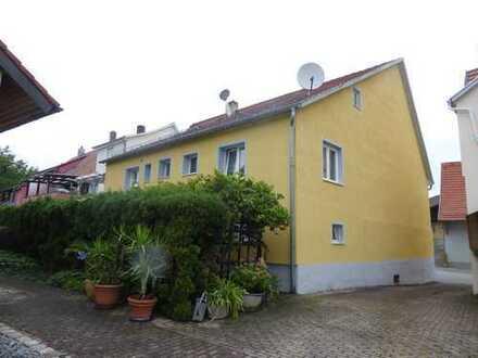 Geräumiges Haus mit kleinem Garten, Terrasse und Garage! Zum Zweigenerationshaus erweiterbar!