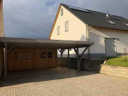 Doppelhaushälfte - Erstbezug mit 130 qm - 2 Bäder und Carports
