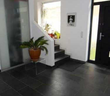 Schönes, geräumige Doppelhaushälfte mit vier Zimmern in Neu-Isenburg