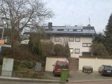 Gepflegte 4-Zimmer-Dachgeschosswohnung, Balkon, Garage und EBK in Kalsbad