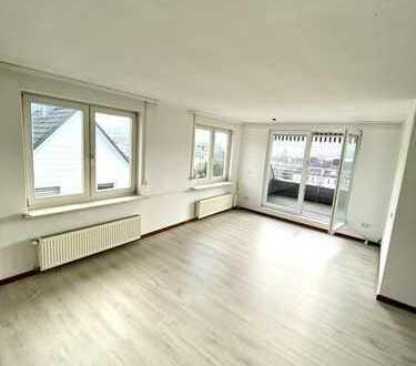 Schöne Dachgeschosswohnung mit 2 Balkonen in guter Lage !