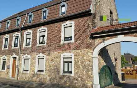 Gemütliche Dachgeschosswohnung in historischem Bauernhaus mit 2 Carports in Eschweiler-Weisweiler