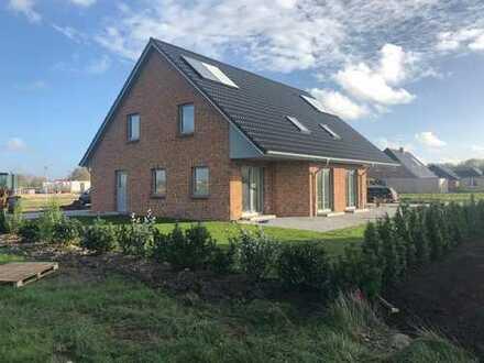 Neubauhaushälfte mit Carport - Weitblick über die Wiesen in schöner Nachbarschaft