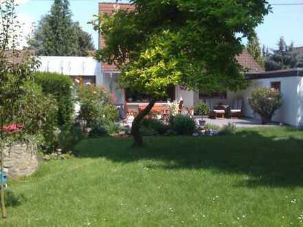 Freistehendes Traumhaus in FFM topsaniert mit schönem großem Garten, SW-Lage! + Garage