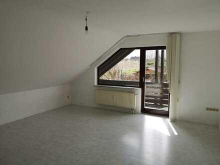 Gepflegte Dachgeschosswohnung mit vier Zimmern und Balkon in Neidenstein