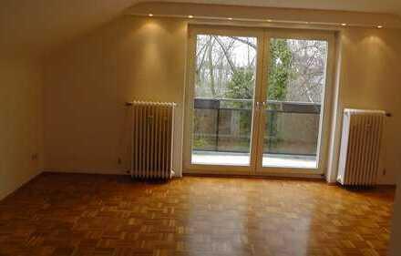 Gepflegte 2,5-Zimmer-Dachgeschosswohnung mit Balkon und EBK in Essen