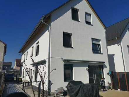 Modernisiertes 5-Zimmer-Haus mit Einbauküche in Adam-Foßhag-Straße, Rüsselsheim