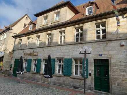 Denkmalgeschütztes Sandsteinhaus im Bayreuther Kneipenviertel