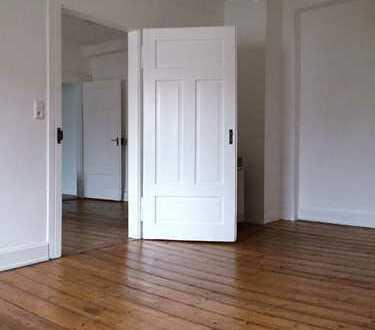 Einfache, sehr gepflegte 2-Zimmer-Altbauwohnung (DG) mit Einbauküche im Seitenhaus