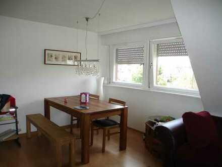 Gemütliche, gut geschnittene Dachgeschoss-Wohnung mit Laminatböden, Tageslichtbad mit Badewanne