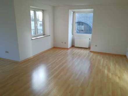 Grosse 2 Zimmer mit Wannenbad und Balkon