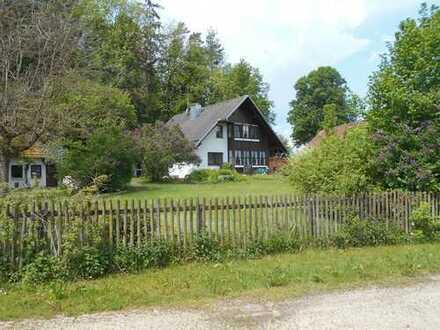 Landhaus mit Nebengebäuden und Pferdekoppeln in wunderschöner Lage